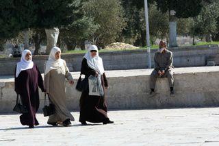 Walking-ladies-sitting-man-at-Dome-of-the-Rock
