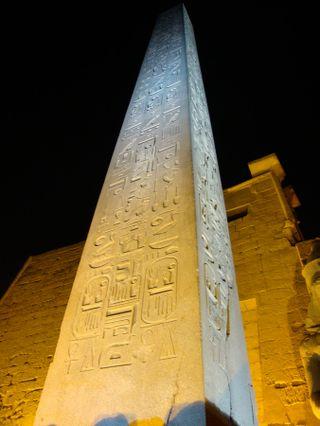 Luxor-night-oblisk