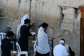 Praying-at-Western-Wall