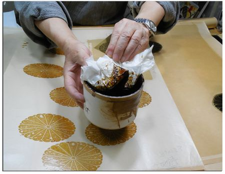 Gold-leaf-artist-in-Kyoto-showing-pot-of-resin
