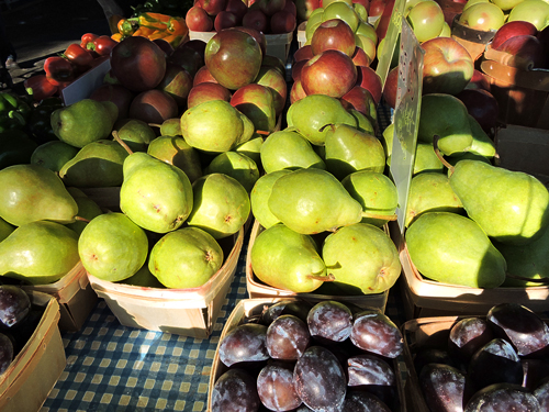 Farmers-market-plums-pears-apples